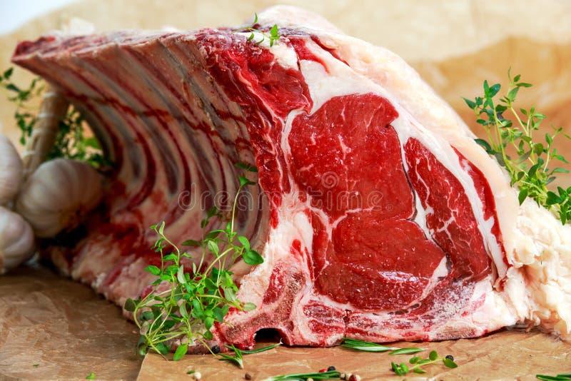 Neues rohes Rindfleischknochen-Rippe ungefähr choppid mit Kräutern stockbilder