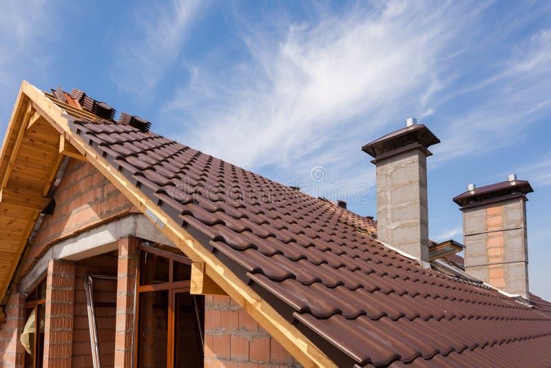 Neues rotes mit Ziegeln gedecktes Dach mit Kaminen und Oberlicht lizenzfreies stockfoto