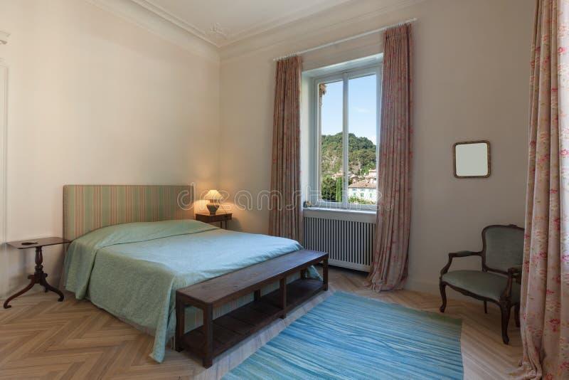 Neues Schlafzimmer in der klassischen Art stockbilder