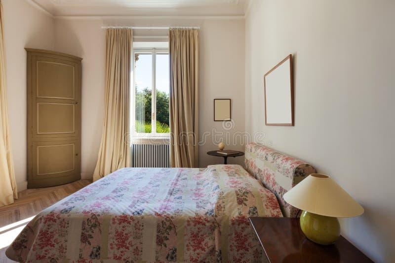 Neues Schlafzimmer in der klassischen Art stockfotografie