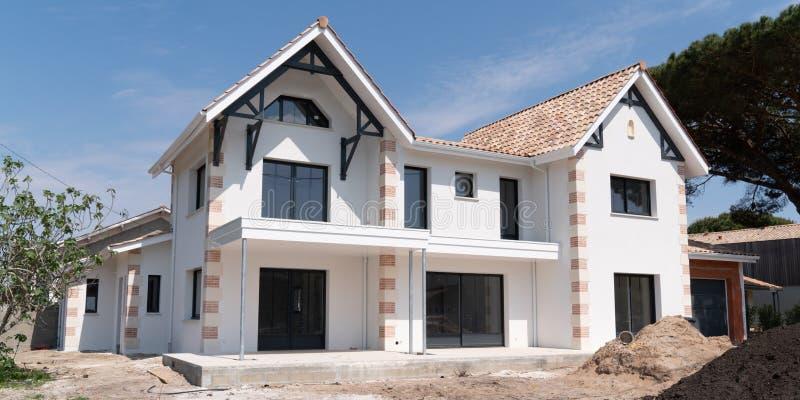 Neues weißes Haus, das fast fertig ist lizenzfreie stockfotos