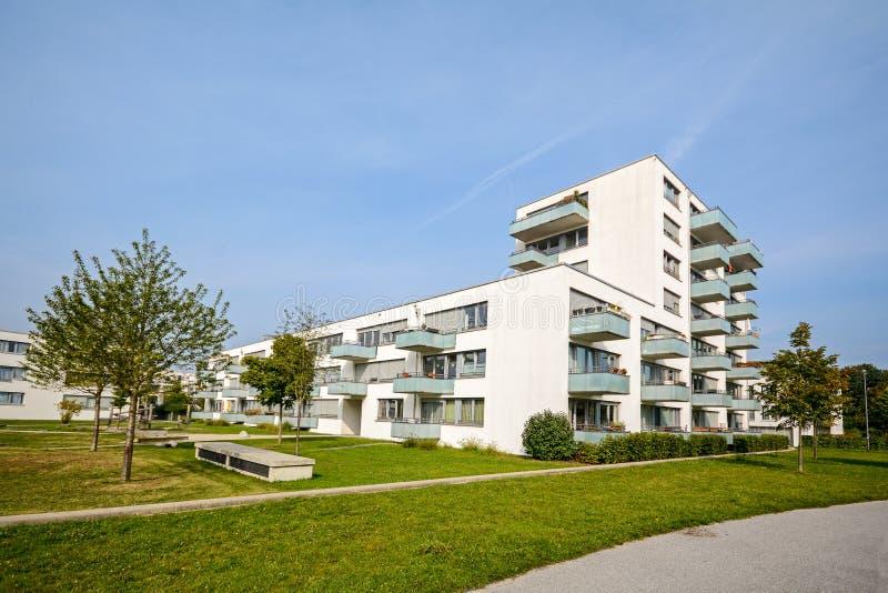 Neues Wohngebäude - moderne Wohnentwicklung in der grünen städtischen Regelung stockfoto