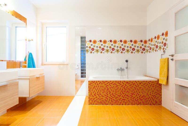 Neues zeitgen ssisches badezimmer mit orange fliesen - Neues zimmer gestalten ...
