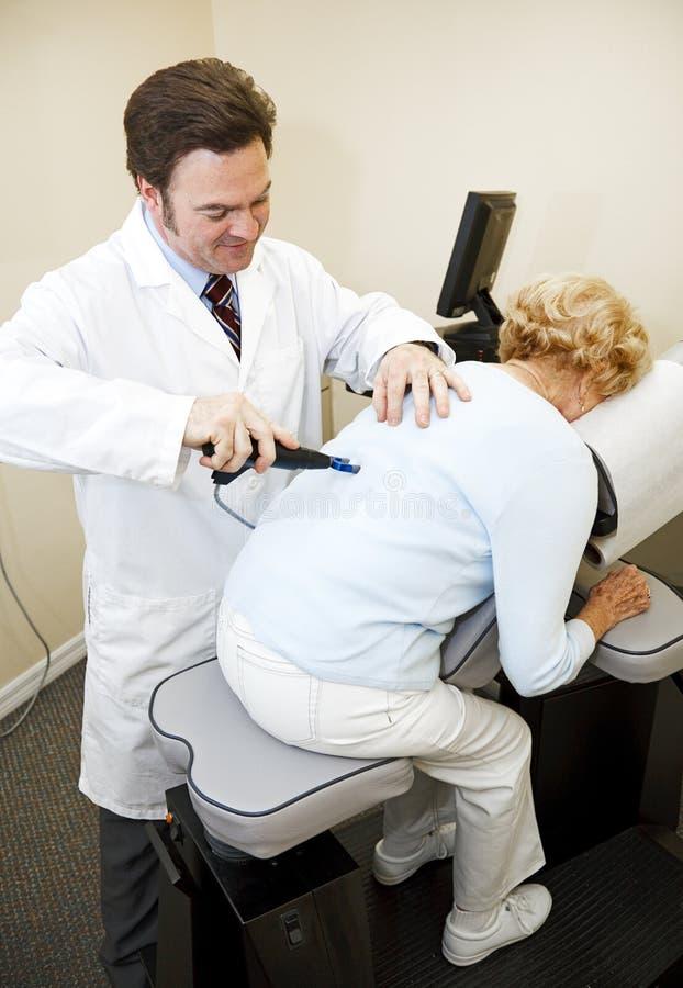 Neueste Chiropraktik-Technologie lizenzfreie stockfotos
