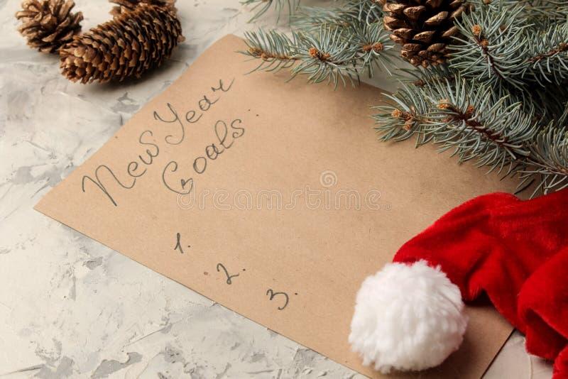 An neuf Buts pour 2019 Texte sur un morceau de papier avec des branches d'un chapeau de Sano Claus et d'arbre de Noël sur un fond photo libre de droits