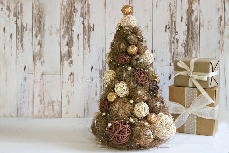 An neuf, carte de Noël Nouvelle année, fond de Noël, style rustique Arbre de Noël de fête en or sur le fond en bois blanc et photographie stock libre de droits