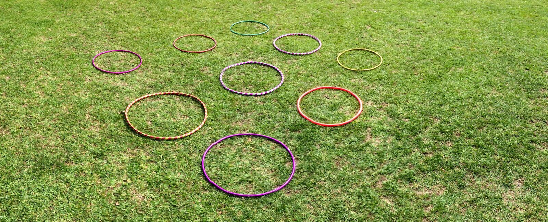 Neuf 9 cercles de danse polynésienne sur une herbe verte photographie stock libre de droits