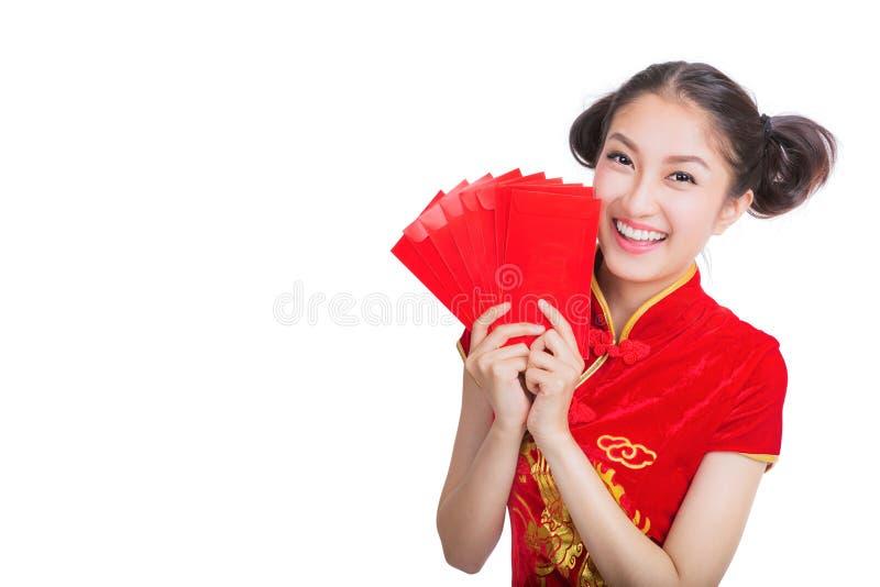 An neuf chinois heureux femme asiatique de sourire tenant l'enveloppe rouge image libre de droits