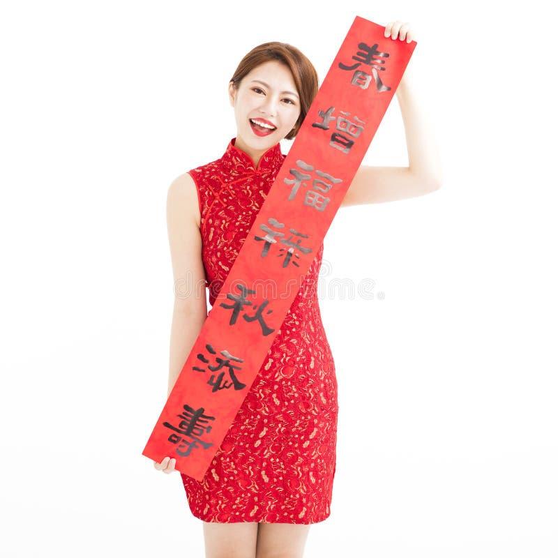 An neuf chinois heureux femme montrant les couplets rouges photos libres de droits