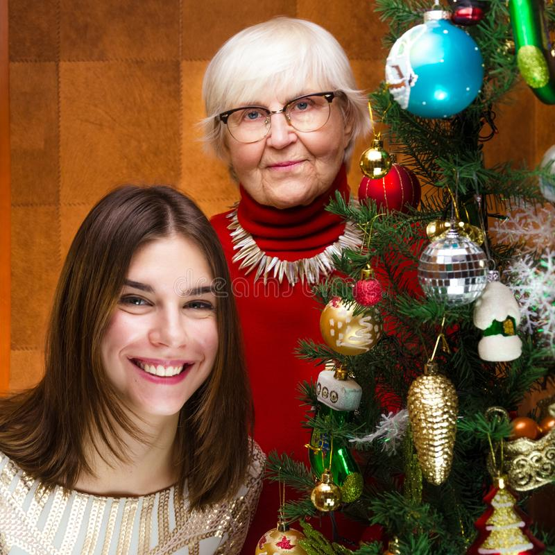 An neuf grand-maman supérieure et jeune femme caucasienne, adolescente photos libres de droits