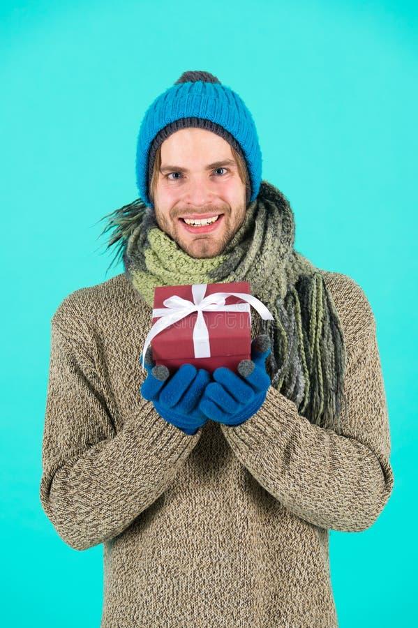 An neuf heureux Célébration de vacances d'hiver Cadeau et houx Homme avec la boîte actuelle Achats Le matin avant Noël image libre de droits