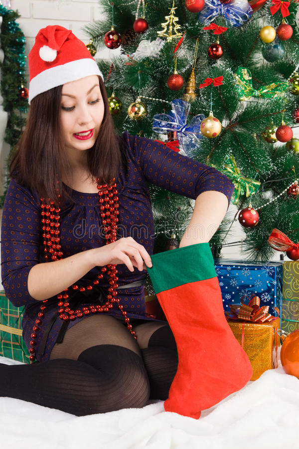 An neuf Jeune belle femme près de l'arbre de Noël image libre de droits