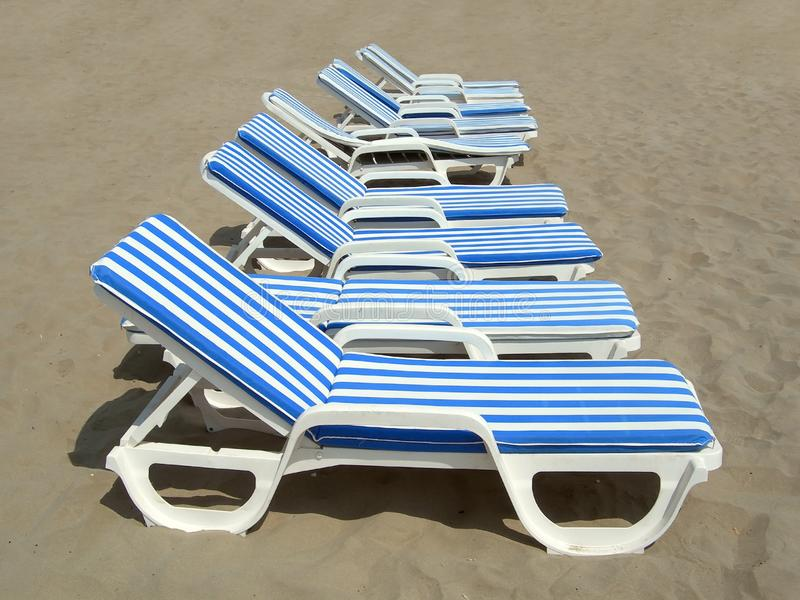 Neuf plage-chaises photographie stock