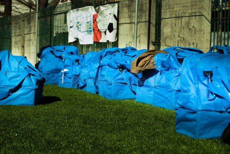 Neuf sacs bleus du football au sol images libres de droits