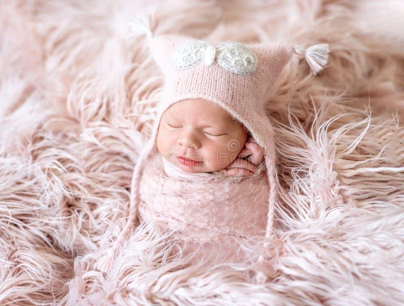 Neugeboren in der rosa Decke stockbilder