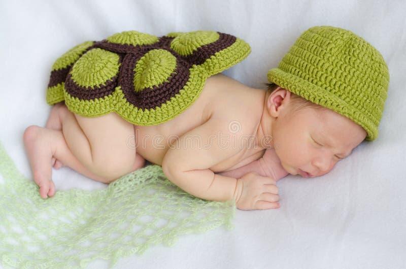 Neugeboren in einem Schildkrötenkostüm stockbilder