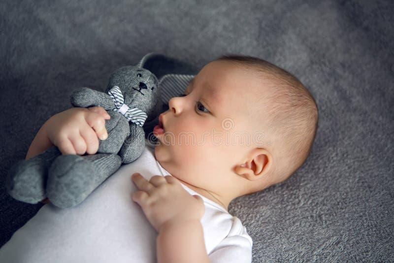 Neugeboren zu drei Monaten, die im Bett liegen stockfotos