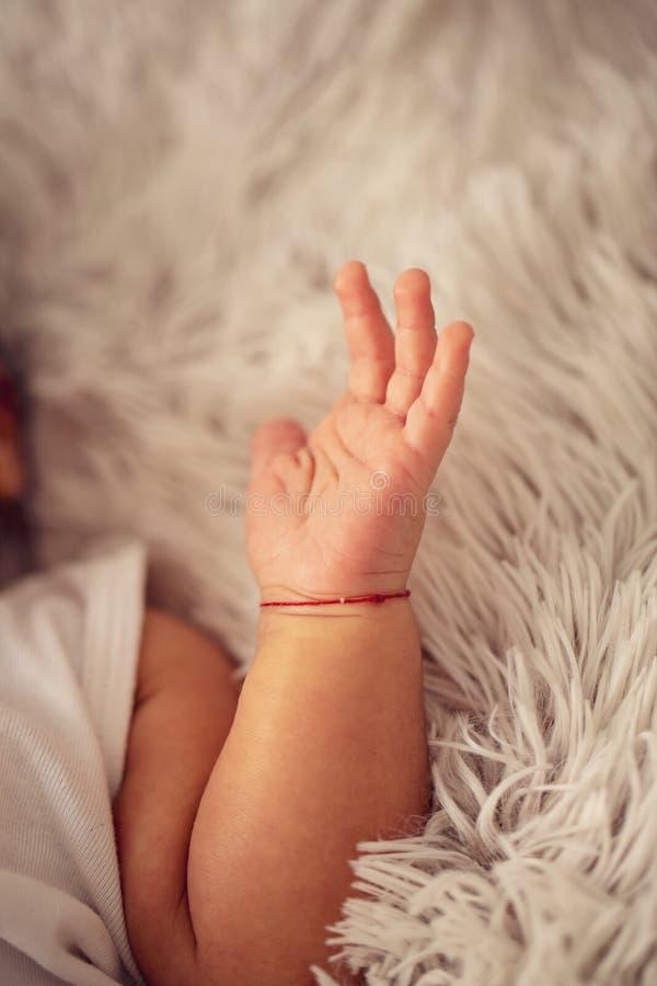 Neugeborene Babyhand - glückliches Familienkonzept stockfotografie