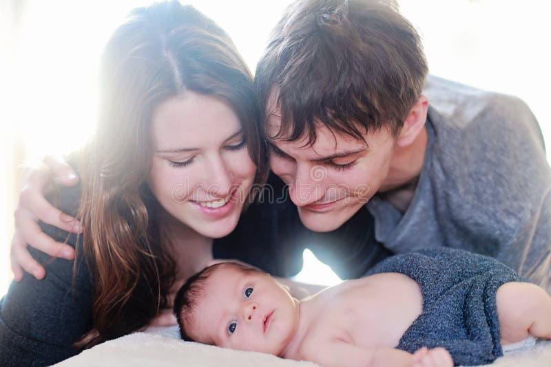 Neugeborene Babysitzungseltern lizenzfreies stockfoto