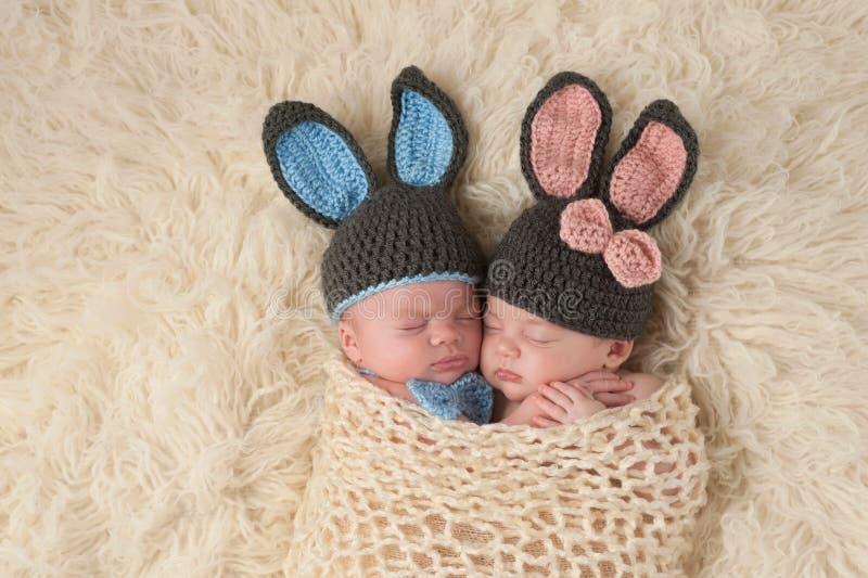 Neugeborene Doppelbabys in Bunny Rabbit Costumes lizenzfreie stockbilder