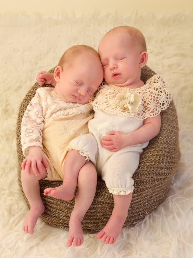 Neugeborene Doppelmädchen lizenzfreie stockfotografie