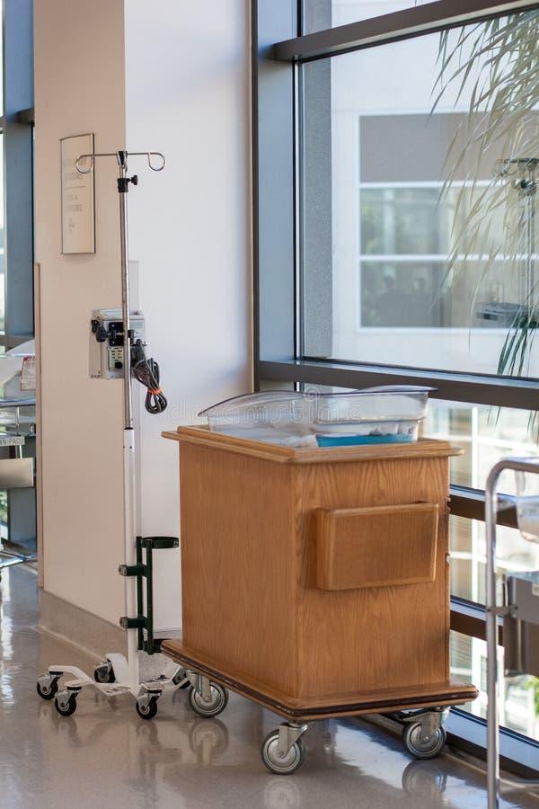 Neugeborene Korbwiege oder Bett in der Krankenhaushalle lizenzfreie stockfotografie
