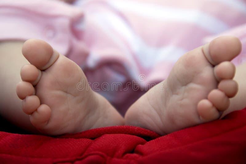 Neugeborene Schätzchenfüße lizenzfreie stockfotos