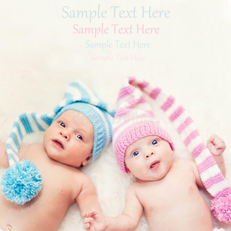 Neugeborene Zwillinge Junge und Mädchen lizenzfreie stockbilder