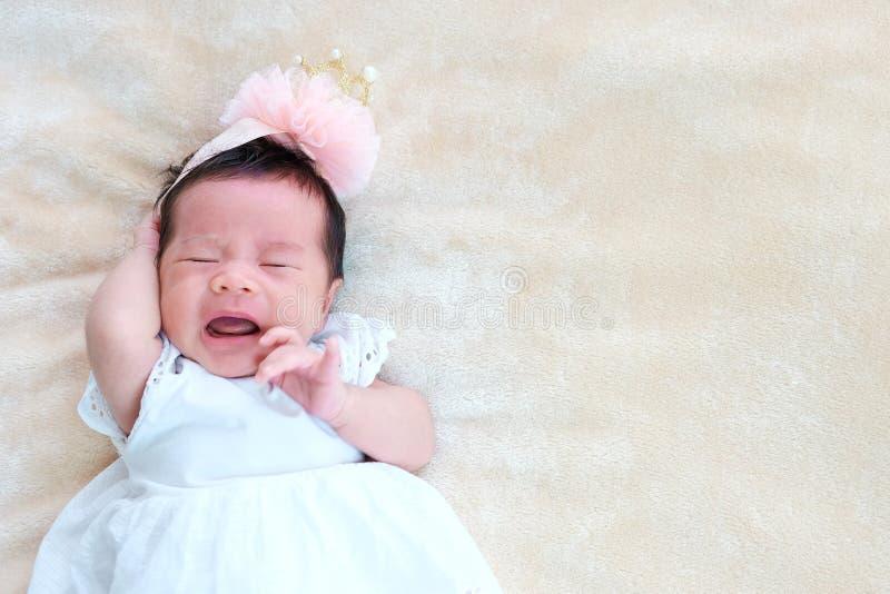 Neugeborener Babyschlaf auf dem Korb oder auf dem Bett und hält Lächeln mit jeder Gefühlsliebe das neugeborene Baby und der Bedar lizenzfreies stockbild