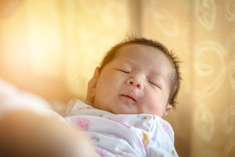 Neugeborener Schlaf auf Mutterhand stockfotos