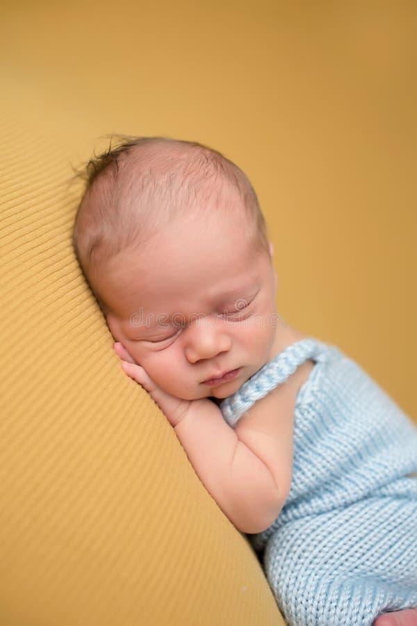 Neugeborenes Baby, das auf Decke schläft stockbild