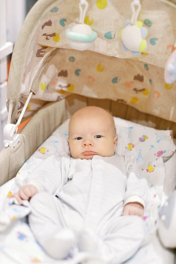 Neugeborenes Baby in der Krippe stockfotos