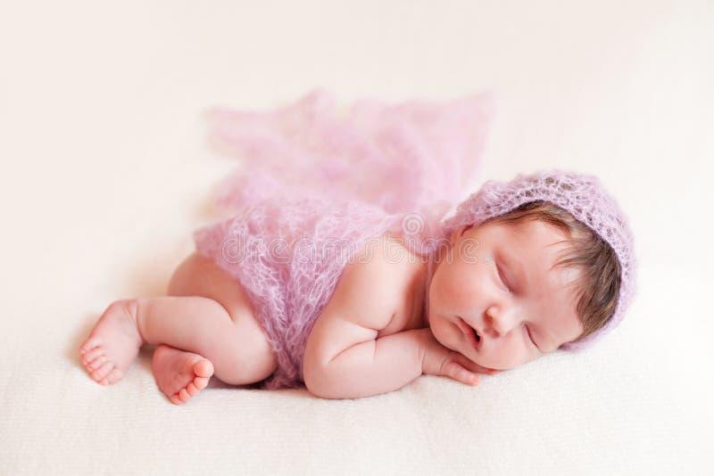 Neugeborenes Baby im rosa Schalsatz lizenzfreie stockfotografie