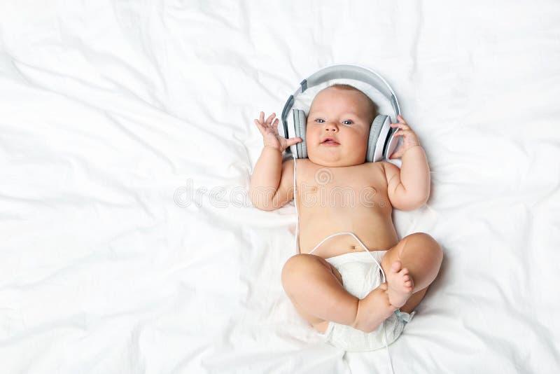 neugeborenes Baby mit Kopfhörern lizenzfreie stockbilder