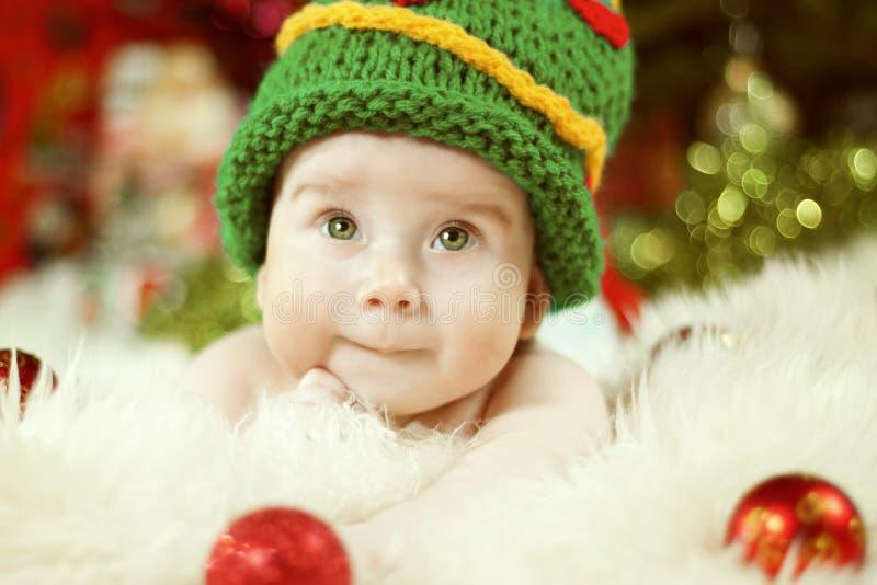 Neugeborenes Baby-Porträt, glücklicher neugeborener Kinderjunge im grünen Hut lizenzfreies stockbild