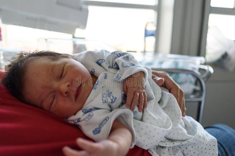 Neugeborenes Baby schlafend auf Vati lizenzfreie stockfotos