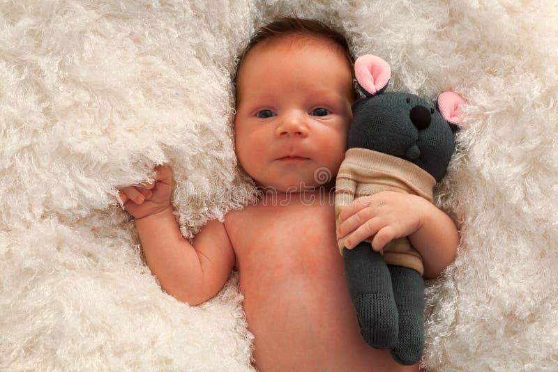 Neugeborenes Baby- und Sockenspielzeug lizenzfreie stockfotografie