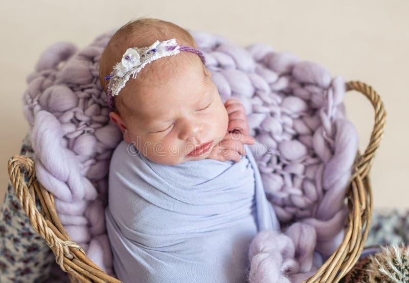 Neugeborenes Kind im Korb stockfotografie