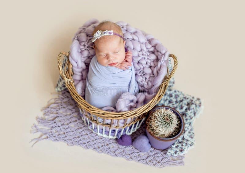 Neugeborenes Kind im Korb lizenzfreies stockbild