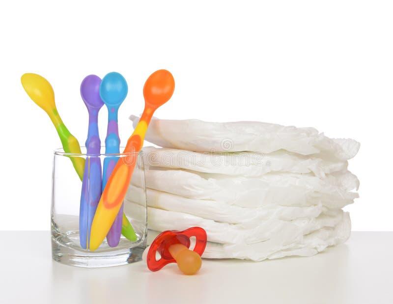Neugeborenes Kinderstapel Windeln, Nippel soother Baby Fütterungsspo stockbilder