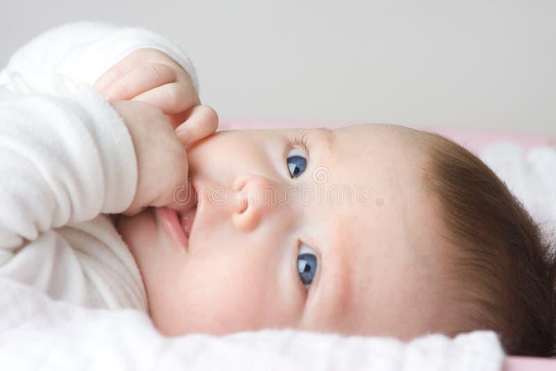 Neugeborenes Mädchen lizenzfreie stockfotos