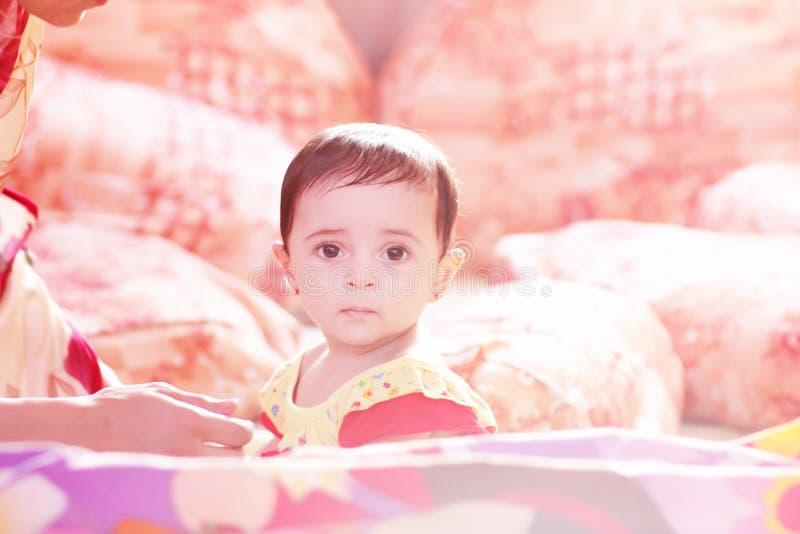 Neugeborenes Mädchenschauen lizenzfreies stockfoto