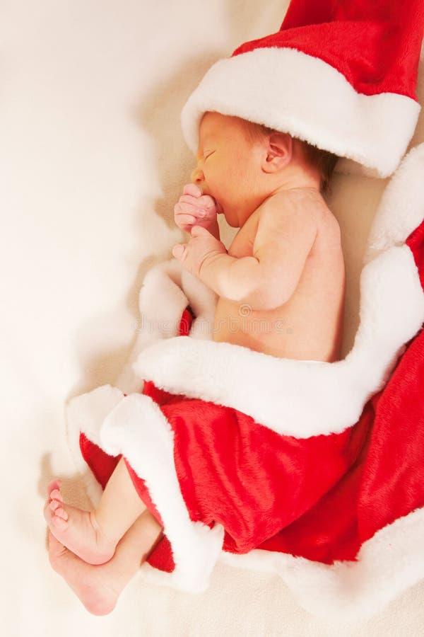 Neugeborenes Schätzchen, das als Weihnachtsmann trägt lizenzfreies stockfoto