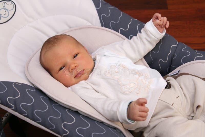 Neugeborenes Schätzchen, das in Prahlerstuhl legt lizenzfreie stockfotos