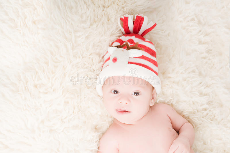 Neugeborenes Schätzchen im chritstmas Hut lizenzfreies stockbild