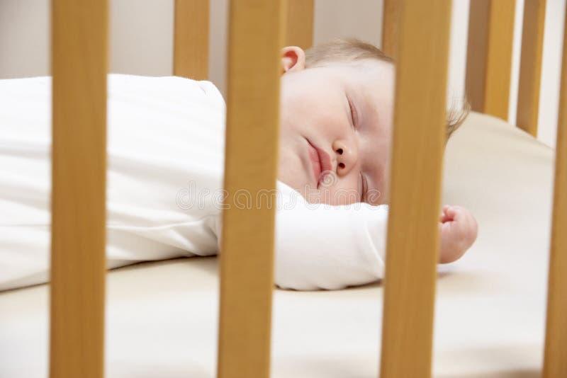 Neugeborenes Schätzchen im Feldbett stockfotos