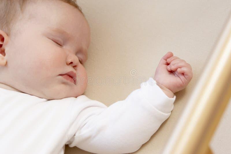 Neugeborenes Schätzchen im Feldbett lizenzfreie stockfotos