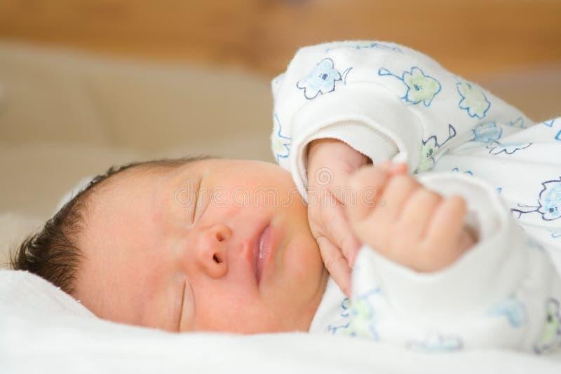 Neugeborenes Schätzchen-Schlafen lizenzfreie stockfotografie