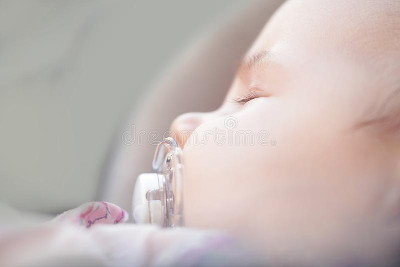 Neugeborenes schönes Baby mit Nippel Schlafen stockfotos