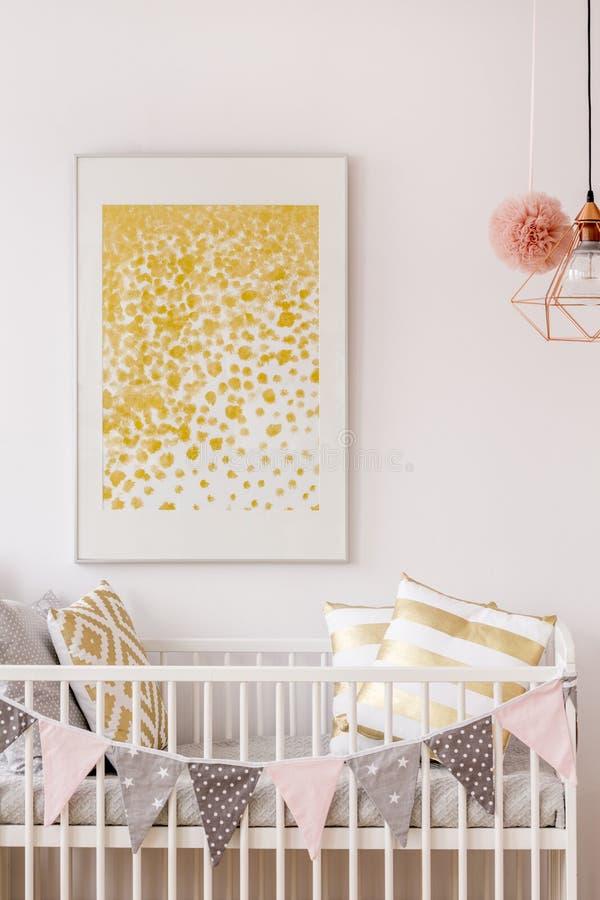 Neugeborenes Schlafzimmer mit weißem Feldbett lizenzfreie stockbilder